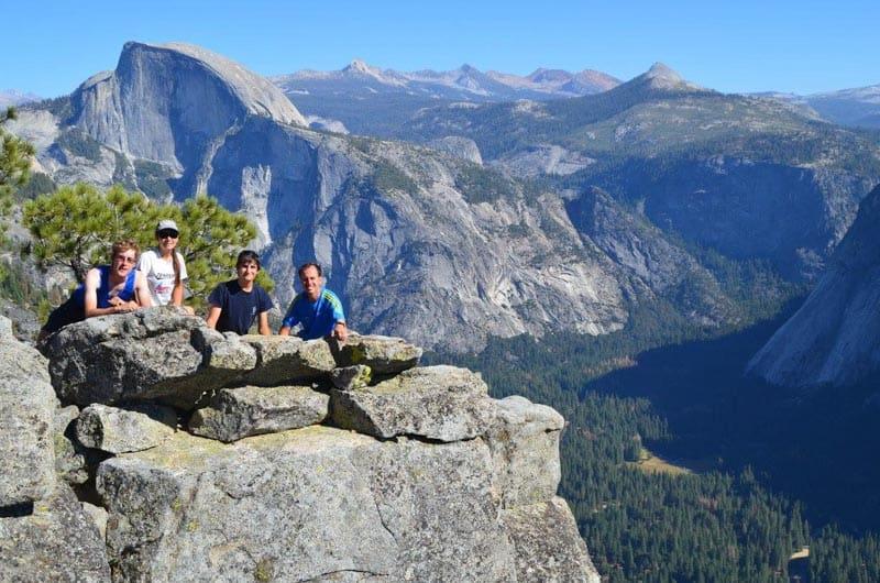 Vrchol Yosemite Falls s výhledem na Half Dome
