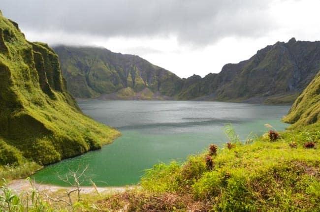 Jezero v kráteru sopky Pinatubo, severní Filipíny
