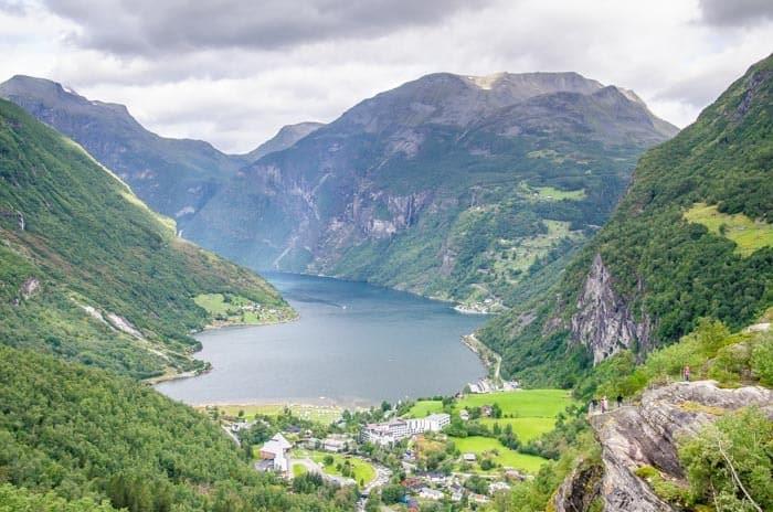 Výhled na Geirangerfjord z vyhlídky Flydasjuvet Rock, Jižní Norsko