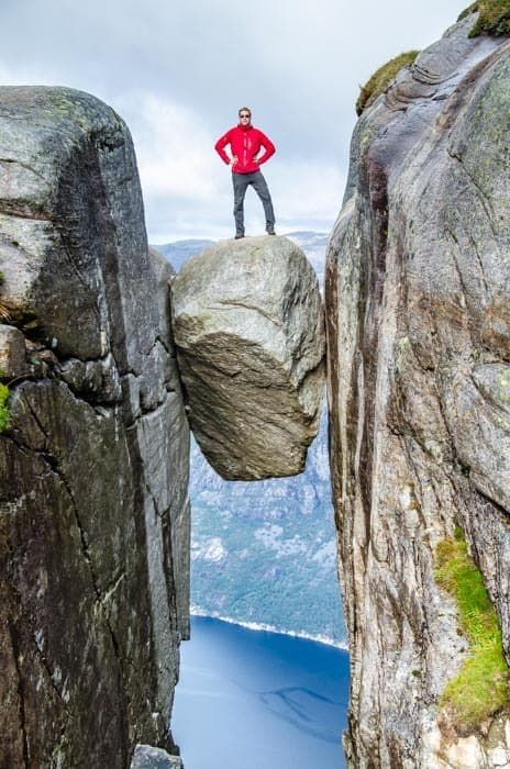 Kjeragbolten - kámen visící ve výšce 1000 metrů nad fjordem.