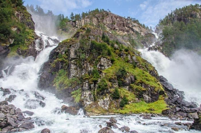 Vodopád Låtefossen přímo u silnice