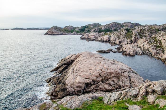 Pohled na útesy od majáku v Lindesnes, Jižní Norsko