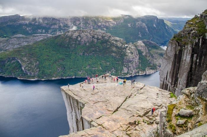 """Norsko, Preikestolen - 600 metrů vysoká kolmá stěna, která se přezdívá """"Kazatelna""""."""