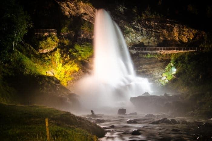 Vodopád Steinsdalsfossen v noci
