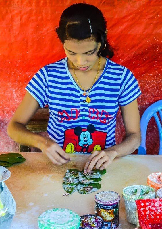 Příprava betele ke žvýkání.