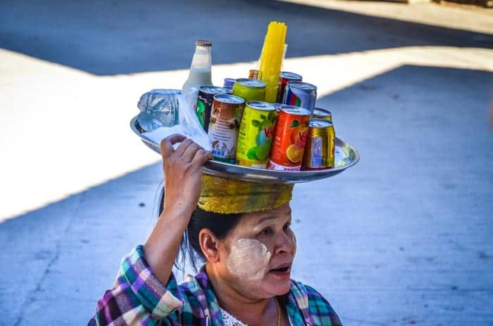 Typická prodejkyně občerstvení.