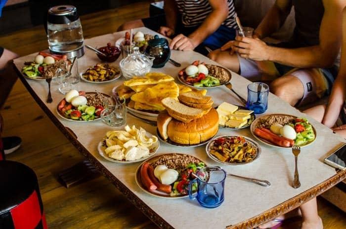 Typická snídaně v Gruzii.