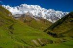 Výhled na ledovec z vesničky Ushguli