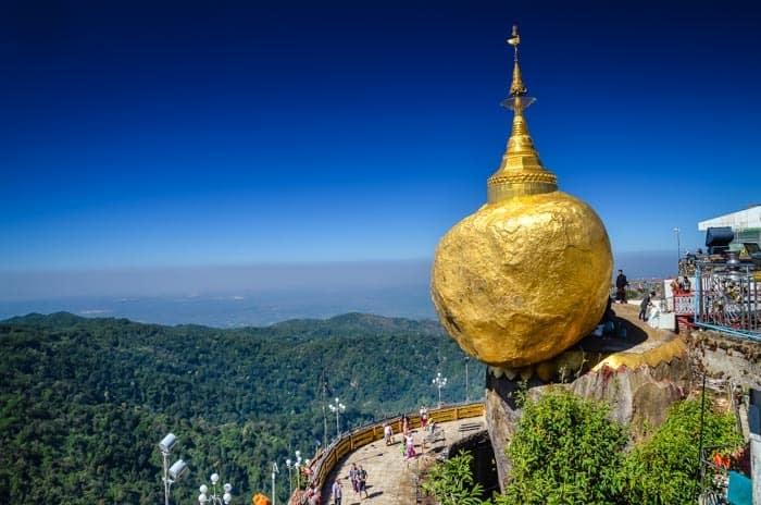 Golden Rock, Myanmar - Zlatý kámen balancující na okraji skály
