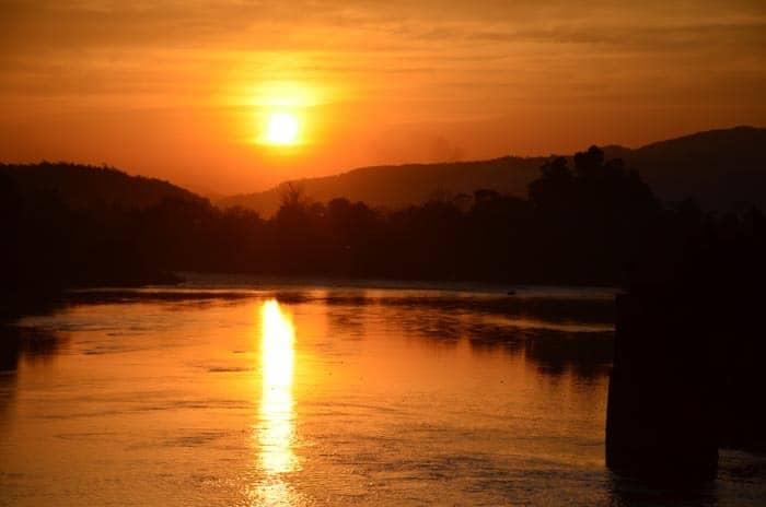 Západ slunce z mostu pod kopcem Sunset Hill, Hsipaw
