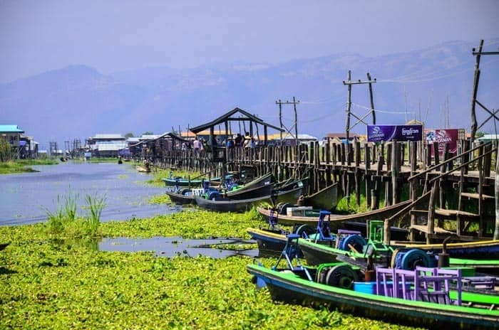 Tento most je hezkou zastávkou na vyjížďce po okolí, Inle Lake, Myanmar