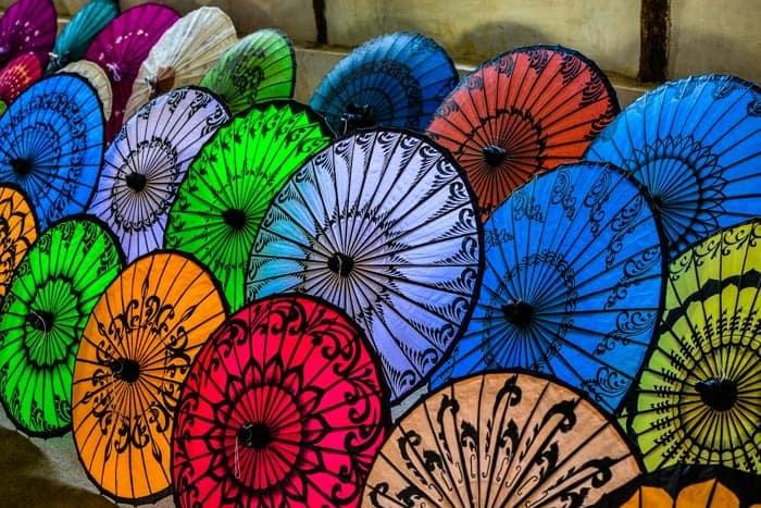 Ruční výroba slunečníků na jezeře Inle; Myanmar