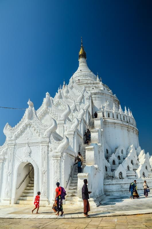 Krásná bílá pagoda s výhledem do okolí; Mingun, Myanmar