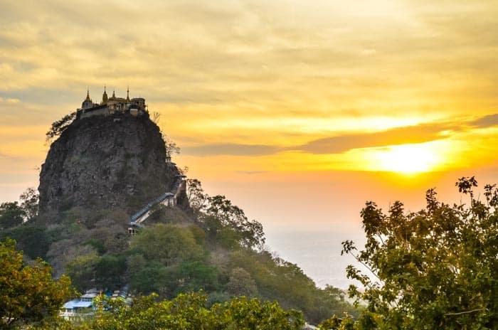 Mt. Popa při západu slunce