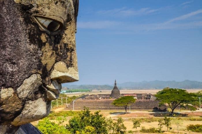 Buddha dohlížející na klášter v Mrauk U, Myanmar
