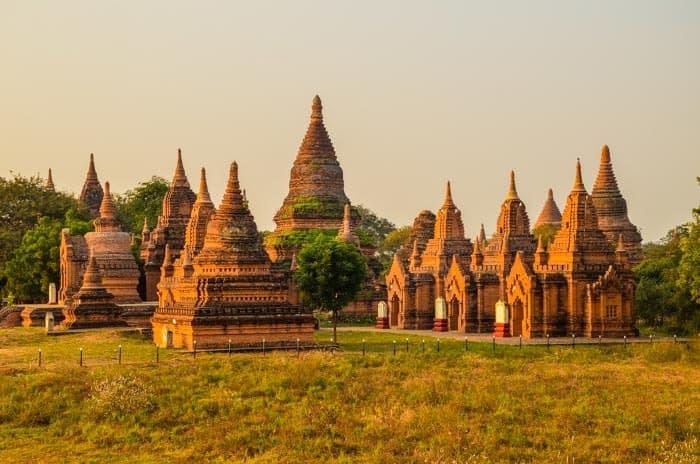 Jedny z tisíců chrámů v Baganu.
