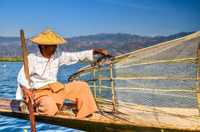 Rybář se chlubí úlovkem; Inle lake, Myanmar
