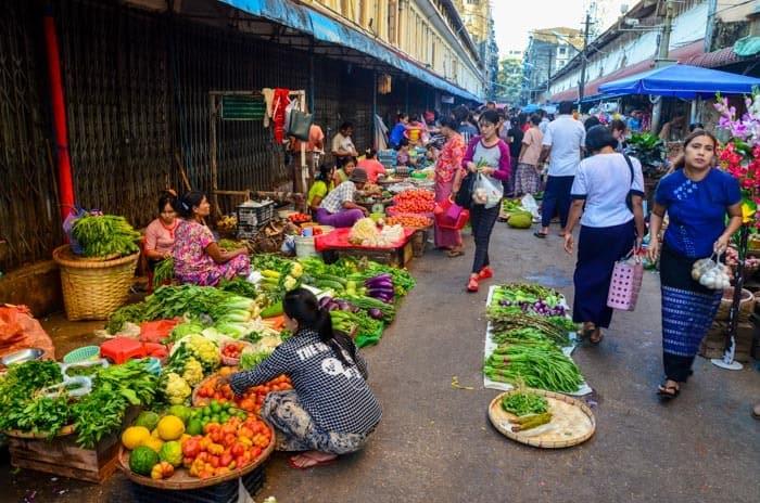Rušná ulička vedle trhu Bogyoke
