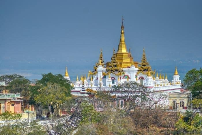 Jeden z mnoha chrámů na vrcholcích kopce Sagaing, Myanmar