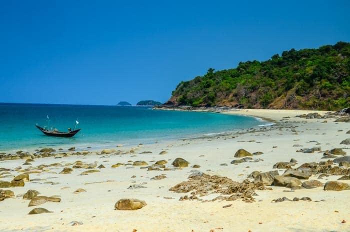 Společnost vám tu mohou dělat maximálně rybáři, kteří tu přes poledne občas odpočívají; Teyzit beach, Myanmar