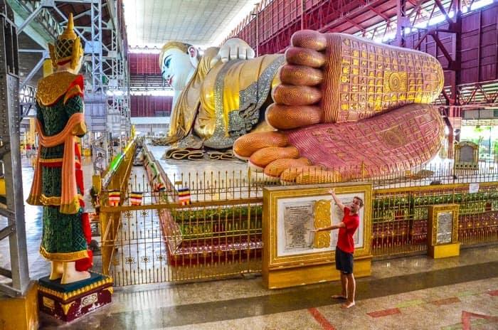 Budhu budete v Barmě často potkávat v nadživotních velikostech - Chauk Htat Gyi Buddha v Yangonu
