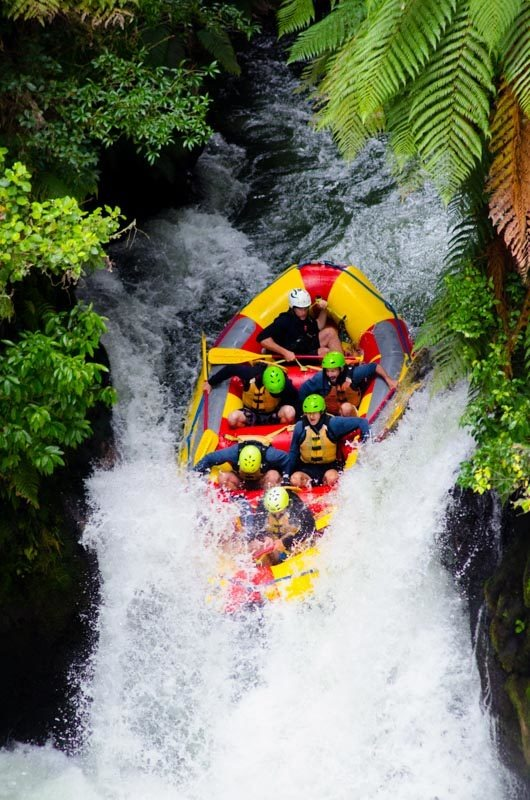 Nájezd do 7metrového vodopádu, řeka Kaitura, Rotorua.
