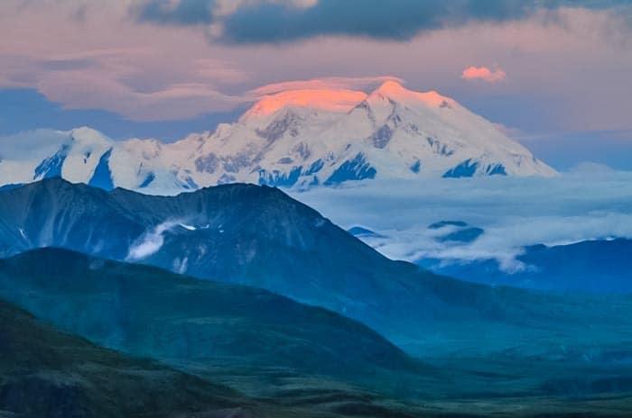 Mt Denali uvidí jen třetina návštěvníků, často se schovává za mraky.