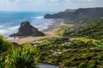 Piha Beach a Lion Rock, Northland, Nový Zéland