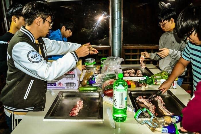 Korejské Barbecue- grilovačka v budce na ulici v centru města