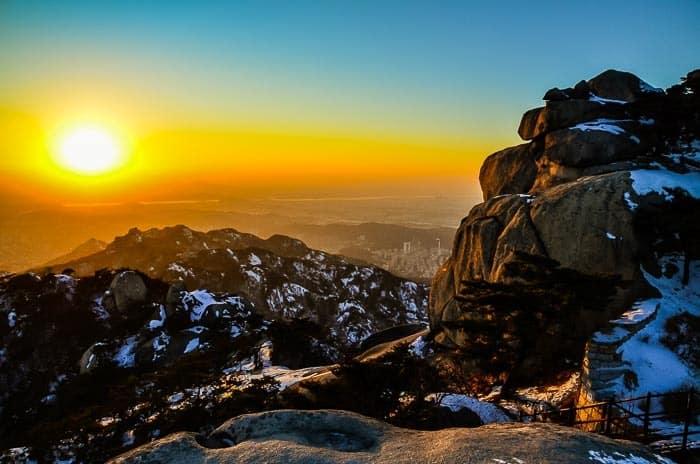 Západ Slunce v národním parku Bukhansan, Jižní Korea.