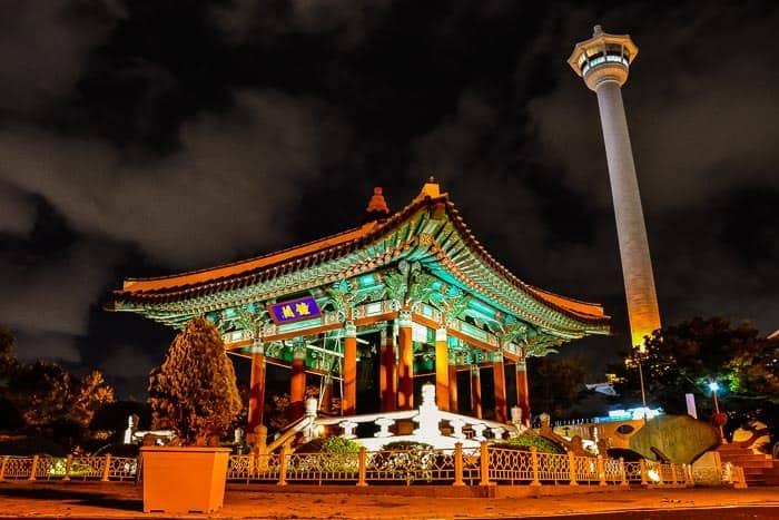 Pagoda s Busan Tower v pozadí. Jižní Korea