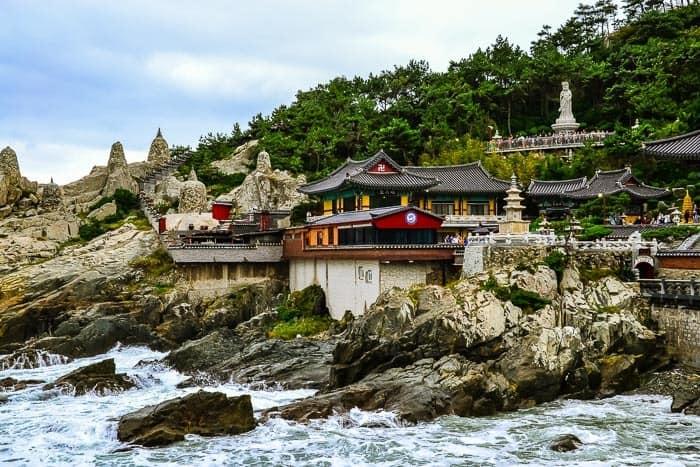 Chrám Haedong Yonggungsa je postaven přímo na útesech u moře.