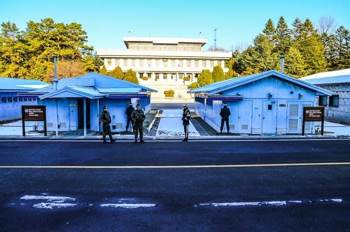 Přísně střežená hranice se Severní Koreou - oblast Joint Security Area.
