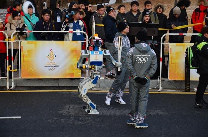 Robot připravený na nesení olympijského ohně.