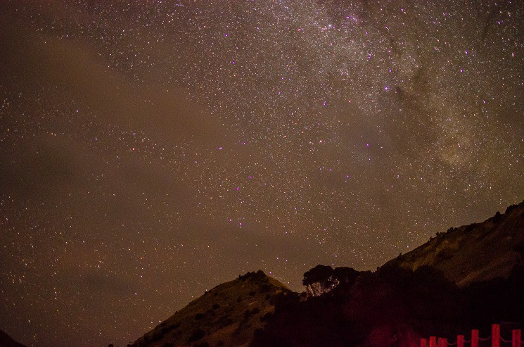 Na obloze je tolik hvězd, že úplně zanikají souhvězdí. Aplikace na cestování, Nový Zéland.