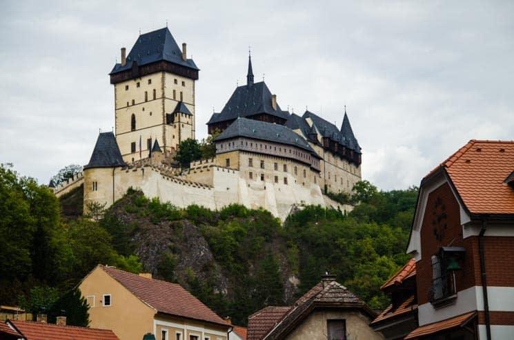 Praktické informace k vašemu výletu na hrad Karlštejn. Doprava z Prahy, parkování, restaurace, ubytování, výlety do okolí, kempy, prohlíky, vstupné, mapa