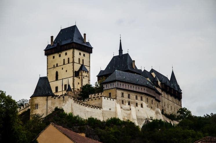 Majestátný hrad Karlštejn - 6,5 km pěšky od lomů Amerika i kousek od Prahy