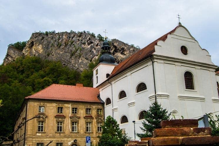Kostel v pozadí se Svatojánskou skálou