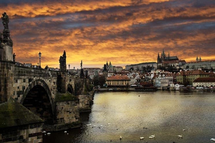 Večerní pohled od Karlova mostu na Pražský hrad