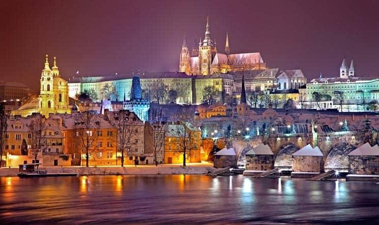 Zimní pohled na Hradčany a Karlův most