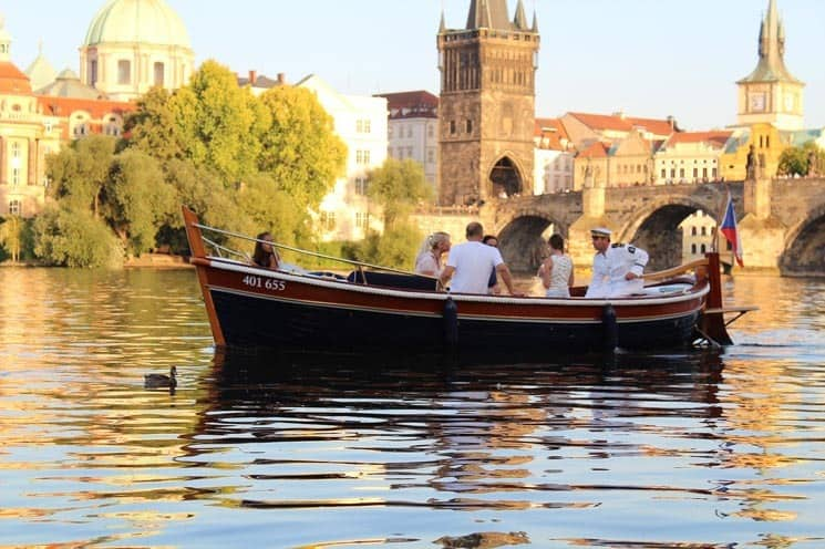 Plavba po Vltavě, v pozadí Karlův most, Praha