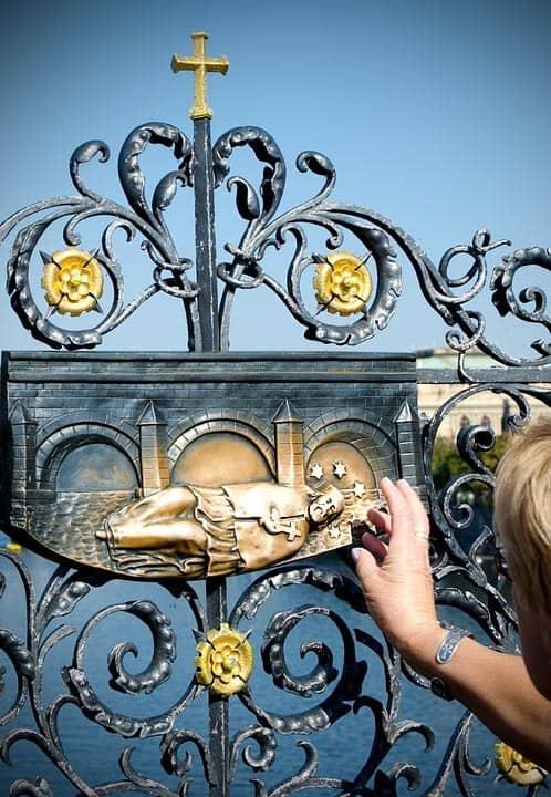 Vyobrazení Jana Nepomuckého na mříži - Karlův most Praha