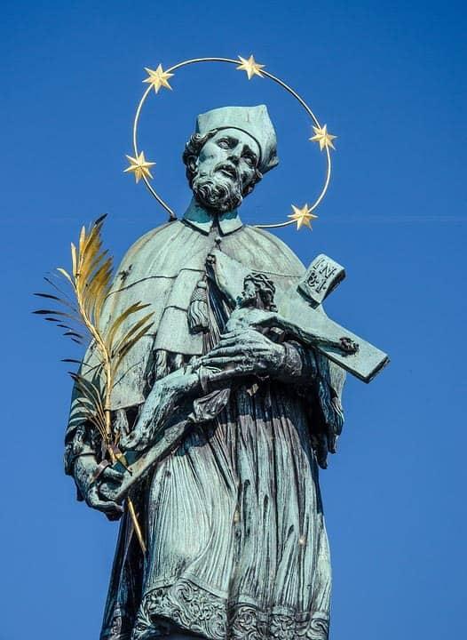 Jediná bronzová socha na Karlově mostě - sv. Jan Nepomucký, Praha