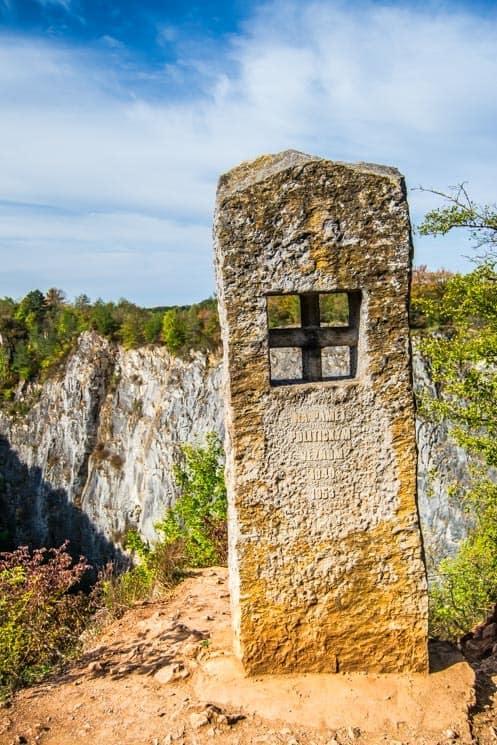 Památník nad lomem Mexiko - Lomy Amerika u Prahy