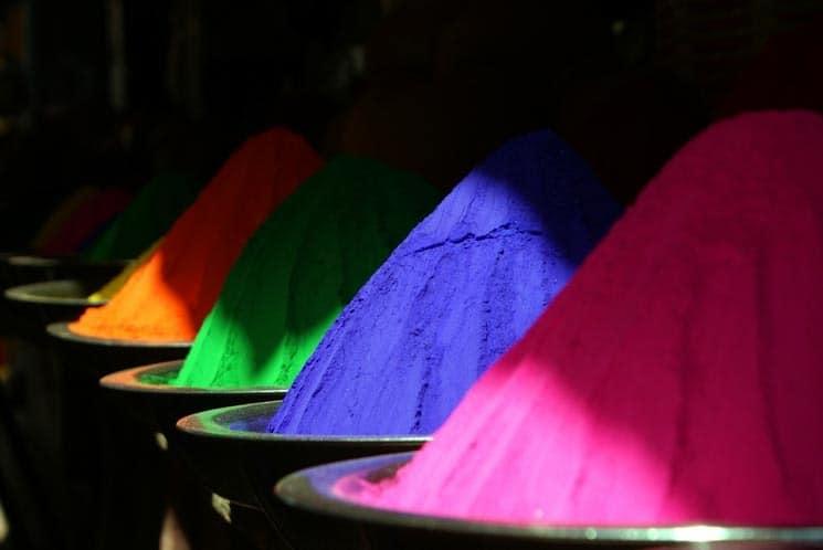 Barvy před oslavami běžně koupíte na tržištích.