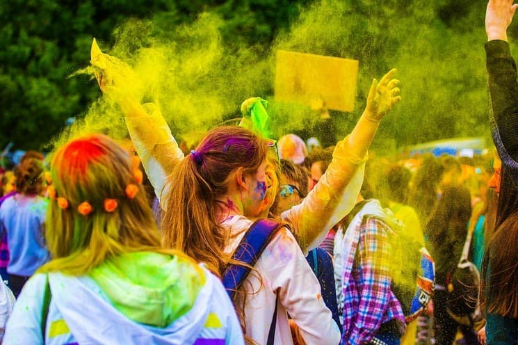 Hudební Holi Festivaly jsou v poslední době velmi oblíbené