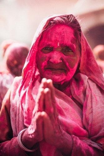 Barvy po sobě házejí všichni, bez ohledu na věk, pohlaví nebo společenské postavení. Holi Festival
