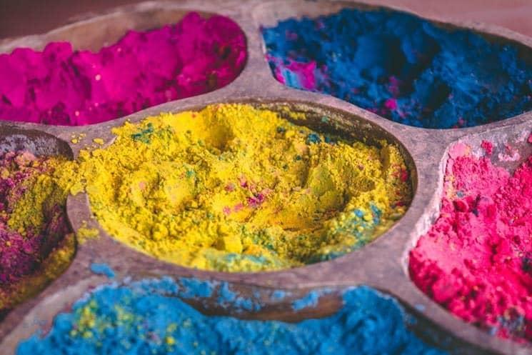 Barvy  jsou často vyráběny z přírodních ingredienci jako je např. Kurkuma.