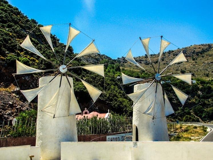 Větrné mlýnu u muzea Homo Sapiens cestou na Lasithi Plateau.