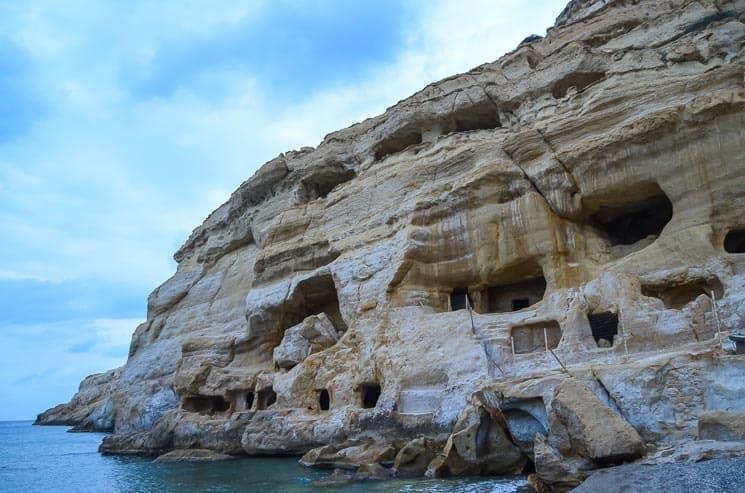 Jeskyně v útesu v Matale. Bývalé pohřebiště i tehdejší bydliště Hippies. Kréta, Řecko